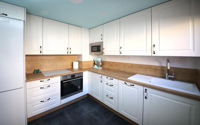 Cocinas con encimera de madera top egger presenta su encimera con veteado de madera una vuelta - Encimeras cocina madera ...