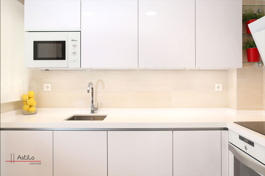 Cocina en blanco premium cocinas zaragoza astilo cocinas for Amueblamiento de cocinas