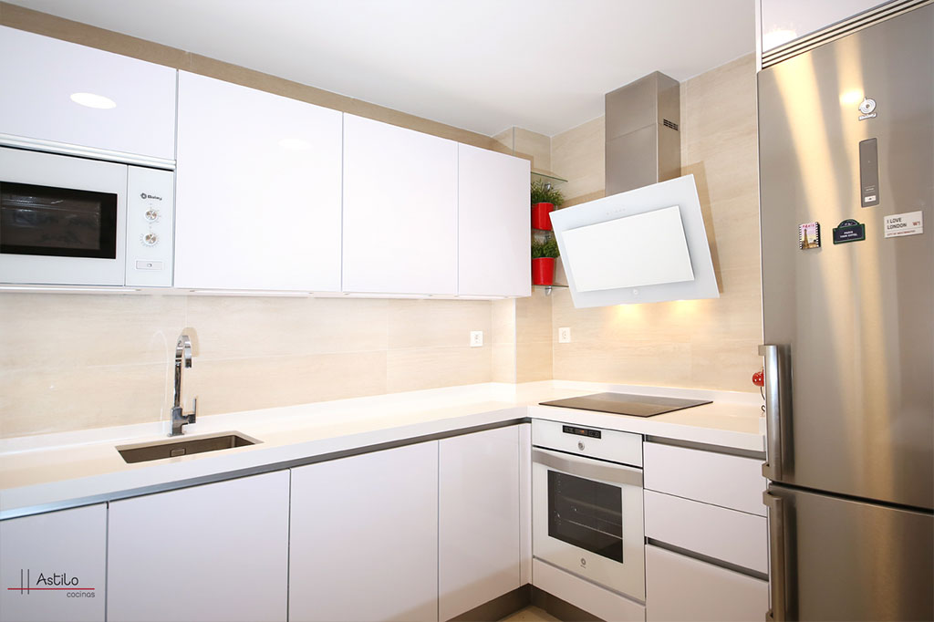 Cocina en blanco premium cocinas zaragoza astilo cocinas - Cocinas con electrodomesticos blancos ...