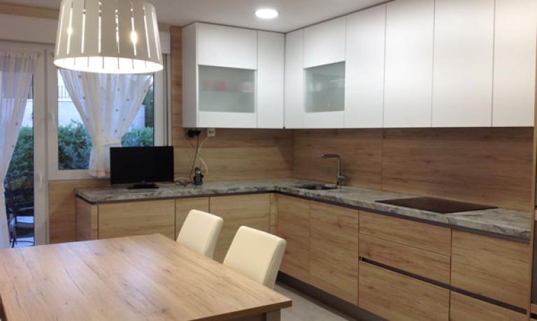 Cocina con tirador gola y encimera granito Portobello | Cocinas ...